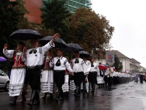 Parade der sächsischen Tanzgruppen.