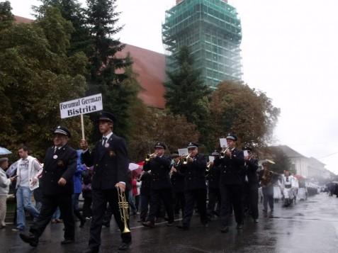 """Die Blaskapelle """"Harmonie"""" des Bistritzer Forums führte die Parade an."""