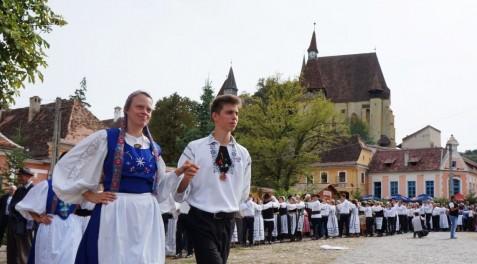 Aufmarsch der Tanzgruppen vor der Bischofsburg.