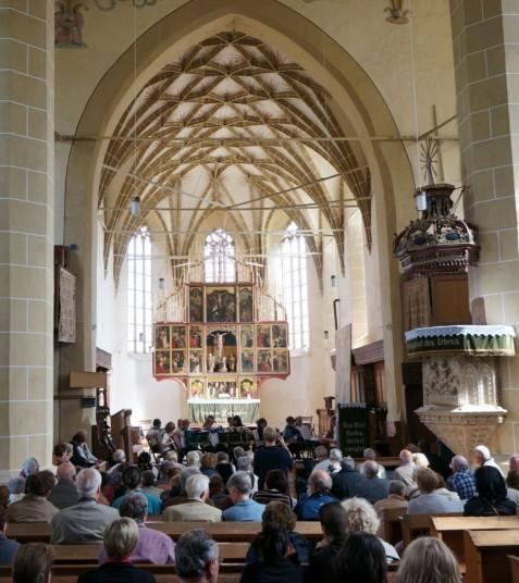 Zahlreiche Besucher verfolgten die Auftritte der Chöre in der Kirche.