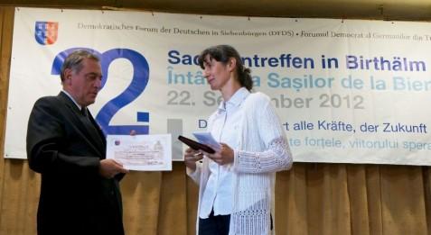 Ortrun Rhein erhielt von Dr. Paul-Jürgen Porr die Honterus-Medaille für ihre Verdienste im sozialen Bereich.